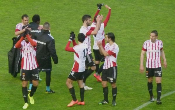 Jugadores de la UDL saludan a la afición | José L. Martínez