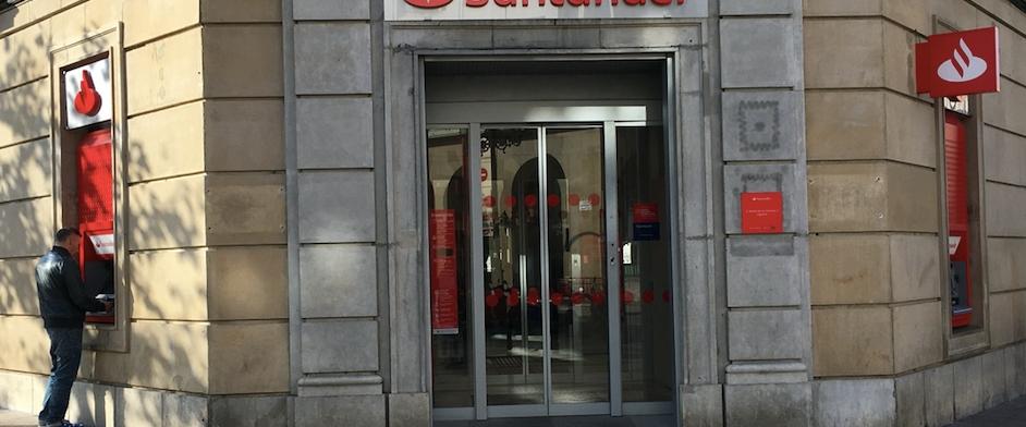 la estrategia del banco santander m s cajeros menos